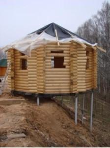 Дом на склоне на сваях